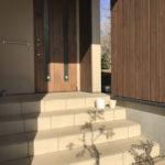 「玄関ポーチ(階段)」敷地の高低差があり階段を数段上がると玄関になります。