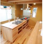 アイランドキッチン:奥行の長い敷地に合わせて、ダイニングテーブルの延長上にあるアイランド型の造作キッチン。 対面キッチンに比べ動線は横へと同じ流れで行き来出来ます。北面からの大きな開口部から明るい自然光が入ってきます。