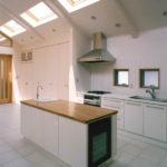 [キッチン]上部にはトップライトで明るく、アイランドキッチンは多目的に使用可能