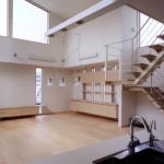 キッチンよりダイニング・リビングを見る:対面式キッチンで、開放的な空間を見ながら、家族の気配を感じながら家事が出来ます。