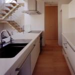 シンク側よりキッチンを見る:オリジナルで造作した対面型のアイランドキッチンで、左右から出入り出来る動線です。