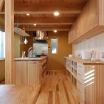 キッチン:奥行の長い敷地に合わせて、ダイニングテーブルの延長上にあるアイランド型の造作キッチン。 対面キッチンに比べ動線は横へと同じ流れで行き来出来ます。北面からの大きな開口部から明るい自然光が入ってきます。