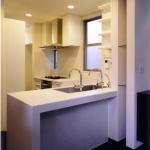キッチン:L字型のオリジナルキッチンで、シンク側は対面式。腰壁はモザイクタイル貼り。