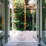 [バスコート]浴室からはバスコートへと開放的につながるリゾートホテルのようなイメージ