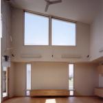 リビング:正面道路側(西面)と南面上部のハイサイド ライトで明るい室内です。リビング・ダイニング全体が吹抜の大空間です。