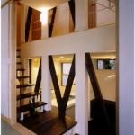 和室より階段を見る:スキップフロアと階段が空間の多様なシーンを演出する。 「和室」