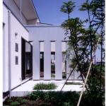 玄関側坪庭とデッキ側目隠し壁