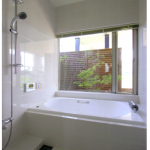 バスルーム:バスコートに面した大きな開口から自然光が入り、明るく清潔なバスルームです。