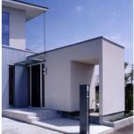 玄関・自転車置場:ガルバリウム鋼板の 外壁から直行して玄関・収納・自転車置場が突き出しています。