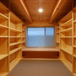 DEN(書斎兼書庫):1Fの書斎兼書庫は天井が低い分、こもる感じで落ちついて読書が出来ます。床は縁無しのグレーの畳で長さが1.5mなので、約2.5畳のスペース。手を伸ばせば、両脇の本棚に直ぐ届きます。正面は床材のJパネルで作ったデスクがあり、掘り炬燵風になっていて、床暖房と脇の吹き出し口からの温風と合わせて足元は暖かいです。 北面の窓からの自然光は読書には向いています。