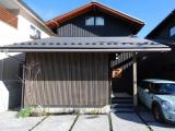 外観:風致地区、修景地区のため、屋根勾配は3~4.5寸で軒を出し屋根は日本瓦葺き、道路に対して下屋を設けること、外壁やサッシの色なども規制がありました。 その制限のなかで考え、屋根はフラットな瓦でシンプルにし、下屋は長くし外壁は厚さ18mmの杉荒板を黒く塗り、懐かしさもが感じられます。 さらにグレーの縦格子で、モダンな京町家風の外観イメージを表現しました。