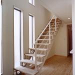 玄関ホール・階段:大きな開口部が2Fへと連続する、 明るく透明感あるスペース。